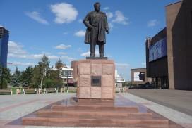 1280px-Памятник_Виктору_Петровичу_Астафьеву_в_Красноярске