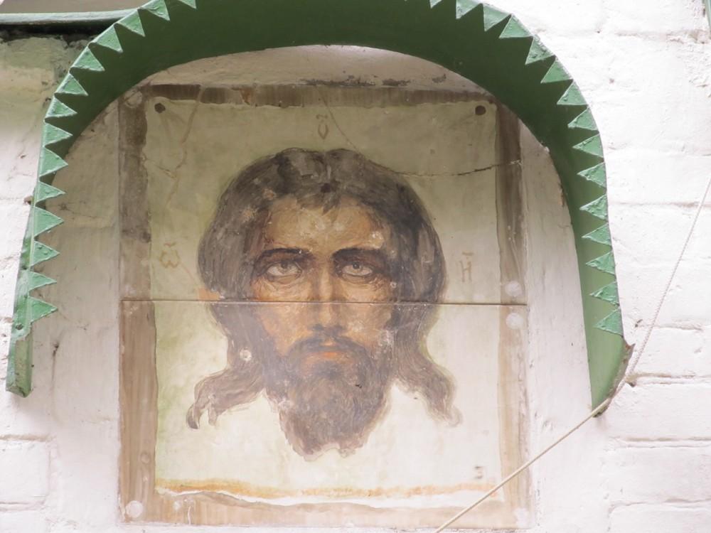 Надвратный образ Спаса Нерукотворного, выполненный В.Д. Поленовым в технике майолики