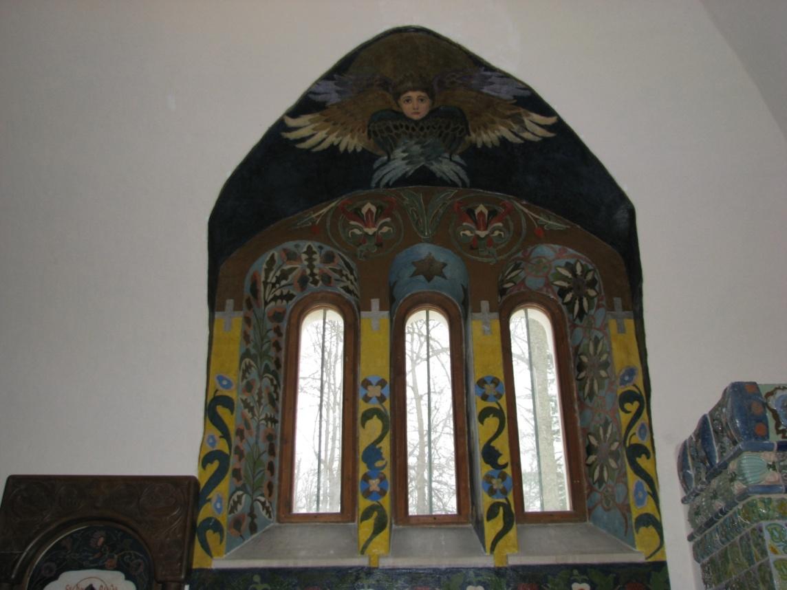 Роспись на окнах выполнил сына Мамонтова Андрей