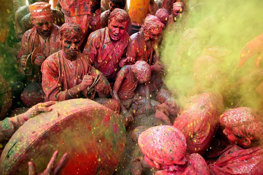 А вот так Холи празднуют в самой Индии