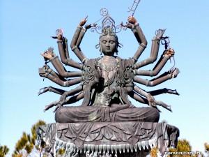 Одно из  скульптурных изображений бога Шивы. Именно его невольно восхваляют участники «залпов красок».