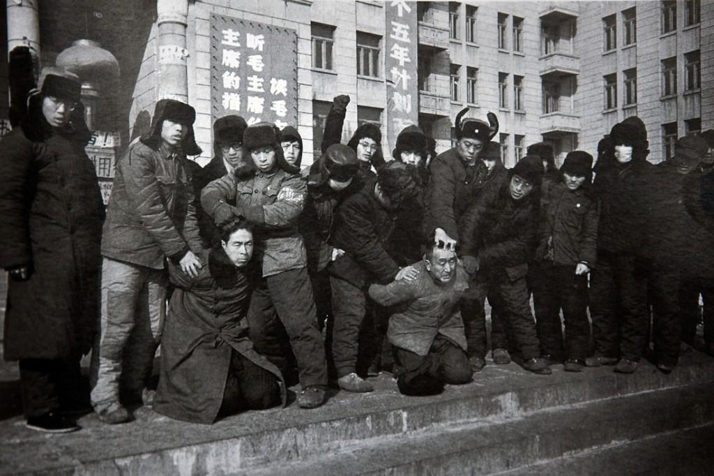 60-е годы ХХ века. Китай. Хунвейбины издеваются над своими жертвами.